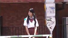 Grand-père japonais s\'amusant avec des jeunes filles partie 2